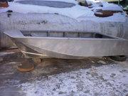 Алюминиевая рыбацкая лодка-тримаран.