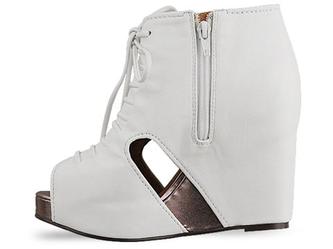 Сапоги белые на каблуках
