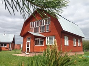 Добротный загородный дом в деревне на берегу озера