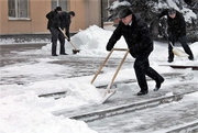 Бригада разнорабочих по уборке снега
